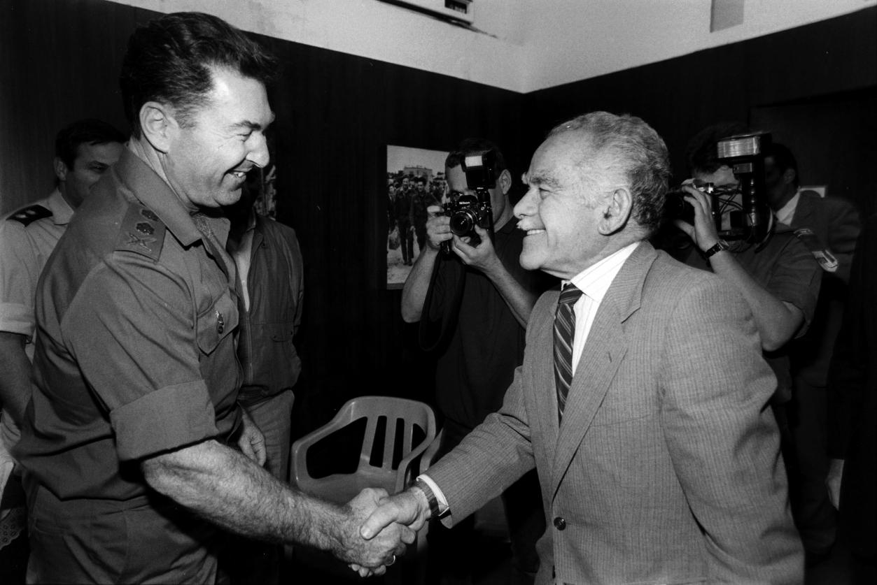 """הרמטכ""""ל דן שומרון וראש הממשלה יצחק שמיר, 1989 (צילום: משה שי)"""
