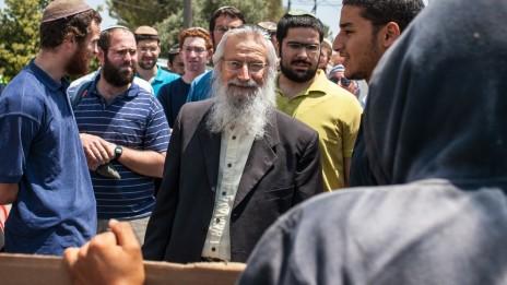הרב מלמד מסייר בגבעת-האולפנה, 27.6.12 (צילום: נועם מושקוביץ)