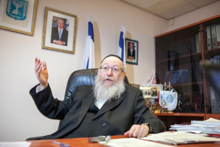 סגן שר הבריאות יעקב ליצמן בלשכתו, 1.8.12 (צילום: נועם מוסקוביץ')