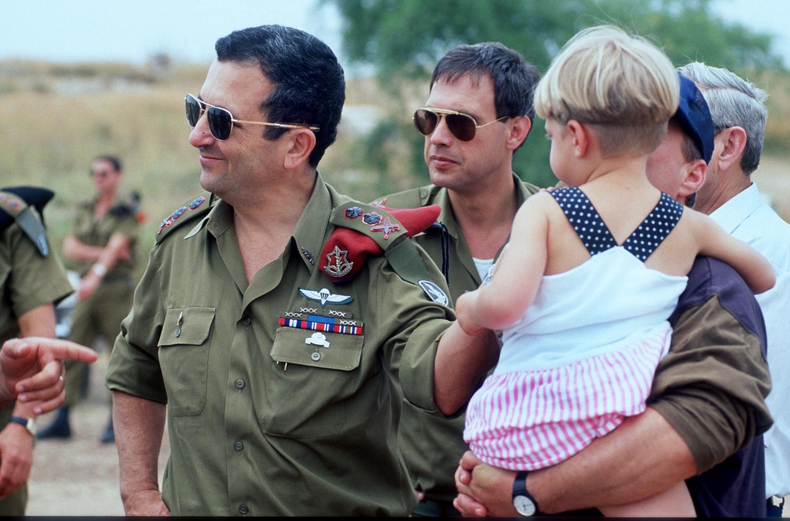 """דובר צה""""ל נחמן שי והרמטכ""""ל אהוד ברק, 1991 (צילום: משה שי)"""
