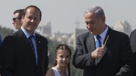 ראש עיריית ירושלים ניר ברקת וראש ממשלת ישראל בנימין נתניהו בעת השקת מחלף על-שם אביו של ראש הממשלה. 5.5.13 (צילום: פלאש 90)