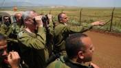 """רמטכ""""ל צבא ישראל, בני גנץ, משקיף אל עבר גבול סוריה במחיצת חיילים. 21.5.13 (צילום: טל מנור, דובר צה""""ל)"""