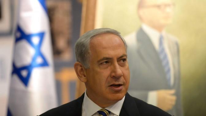 """ראש ממשלת ישראל, בנימין נתניהו, נושא דברים על רקע תמונתו של ראש הממשלה המנוח מנחם בגין. ירושלים, 21.7.13 (צילום: עמוס בן-גרשום, לע""""מ)"""