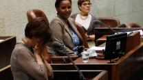 """יו""""ר מרצ זהבה גלאון מליטה את פניה בידיה על דוכן הכנסת במסגרת דיון על """"חוק המשילות"""", אתמול (צילום: פלאש 90)"""