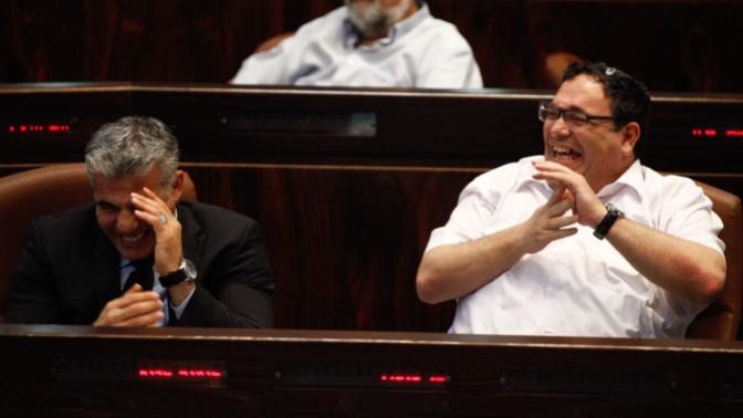 שר החינוך שי פירון (מימין) ושר האוצר יאיר לפיד במהלך דיון בכנסת (צילום: פלאש 90)
