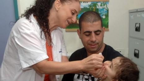 ילד מקבל חיסון לפוליו, 5.8.13 (צילום: דודו גרינשפן)
