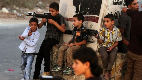 ילדים פלסטינים חוגגים את עיד אל-פיטר במשחקי רובים, 9.8.13 (צילום: עיסאם רימאווי)