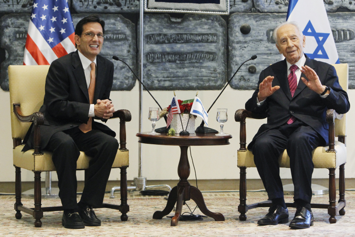 נשיא המדינה שמעון פרס עם חבר הקונגרס האמריקאי אריק קנטור, היום בירושלים (צילום: מרים אלסטר)