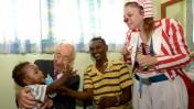 """נשיא המדינה שמעון פרס מחזיק ילד שקיבל חיסון נגד פוליו. 21.8.13 (צילום: עמוס בן-גרשום, לע""""מ)"""