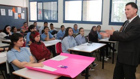 """יו""""ר הכנסת, ח""""כ יולי אדלשטיין (ליכוד), משוחח עם תלמידים בבית-ספר באבו-גוש, הבוקר (צילום: יצחק הררי)"""