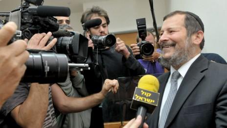 מזכרת מראש העיר (4): לופוליאנסקי מתבדח עם עיתונאים בבית-המשפט, 14.4.10 (צילום: יוסי זליגר)