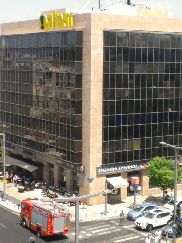"""סניף בנק מזרחי-טפחות בבית """"וואלה"""" בתל-אביב. צילום: ישי (יאשי) מלכה"""