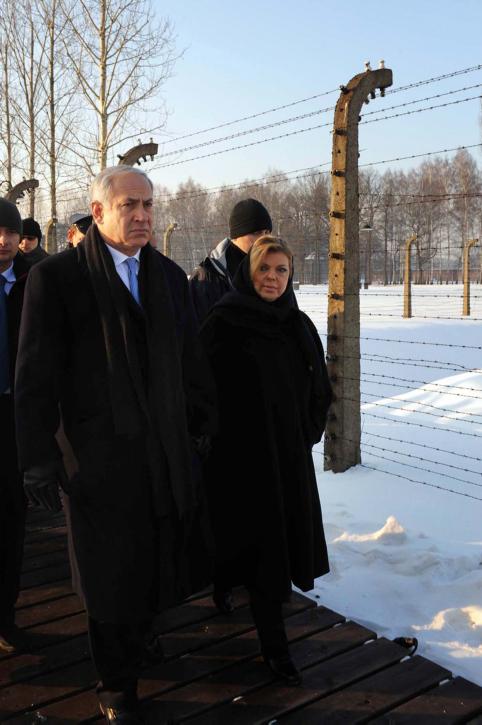 """ראש הממשלה בנימין נתניהו ורעייתו שרה בביקור במחנה המוות אושוויץ, ינואר 2010 (צילום: אבי אוחיון, לע""""מ)"""