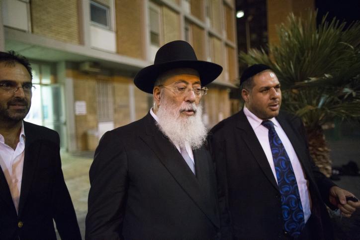 הרב שלמה עמאר מחוץ לבית-החולים הדסה עין-כרם, שם מאושפז הרב עובדיה יוסף, 23.9.13 (צילום: יונתן זינדל)
