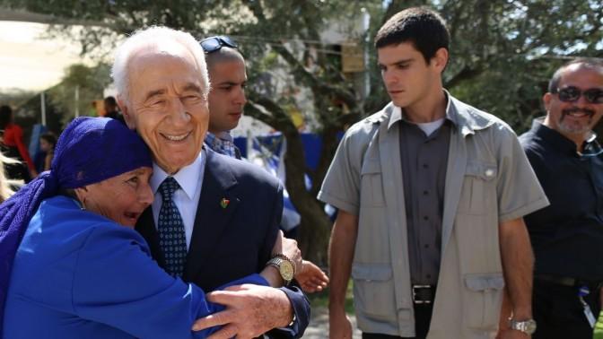 הנשיא שמעון פרס פוגש את אזרחי המדינה בסוכתו, 24.9.13 (צילום: יונתן זינדל)