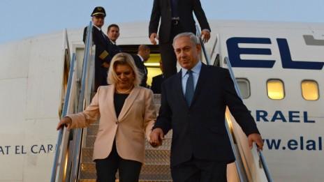 """ראש הממשלה בנימין נתניהו ורעייתו שרה נוחתים בארה""""ב, 29.9.13 (צילום: קובי גדעון, לע""""מ)"""