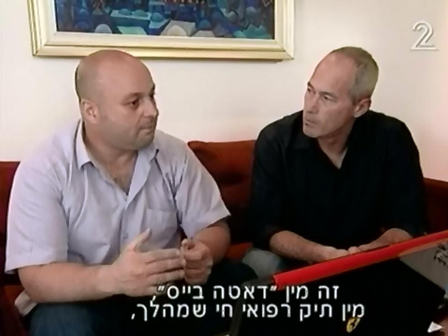 """קליין מספר על """"מדבקת הפלא"""" לכתב ערוץ 2 כרמל לוצאטי, קיץ 2009 (צילום מסך)"""