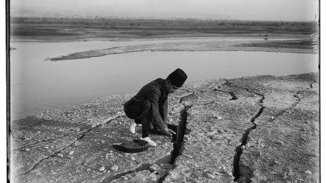 בקיעים באדמה בקרבת ים המלח, בעקבות רעידת האדמה של יולי 1927 (צילום: צלמי המושבה האמריקאית, ספריית הקונגרס, נחלת הכלל)