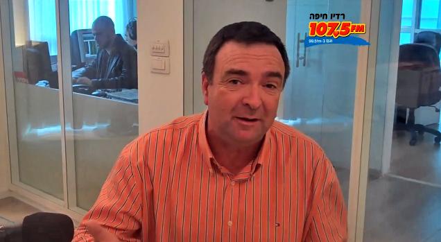 """דני נישליס בתחנת רדיו חיפה, מתוך סרטון פרסומת לתוכניתו """"זירה חופשית"""", 2011 (צילום מסך)"""