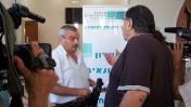 """יוסי בר-מוחא, מנכ""""ל אגודת העיתונאים תל-אביב (משמאל) וכתב הערוץ הראשון ניסים מוסק, מתעמתים באסיפה הכללית של מועצת העיתונות, 27.6.12 (צילום: """"העין השביעית"""")"""