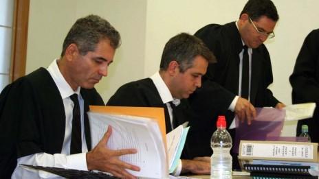 """משמאל: עו""""ד רם דקל. מימין: עו""""ד רונן עדיני. בית-המשפט המחוזי מרכז. 23.10.13 (צילום: """"העין השביעית"""")"""