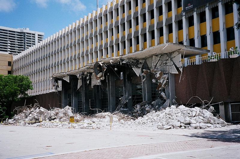"""בניין ה""""מיאמי הראלד"""" בתחילת הליך הריסתו כדי לפנות את הקרקע לבניית קזינו, 30.8.13 (צילום: פיליפ פסאר, רשיון cc-by)"""