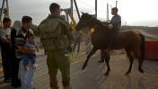 חייל ופלסטינים סמוך לקלקיליה, 8.8.2003 (צילום: שרון פרי)