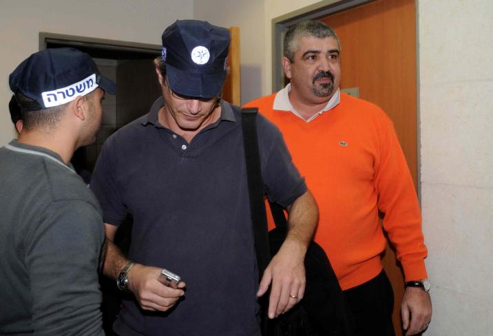 ראש עיריית בת-ים שלמה לחיאני מגיע לבית-המשפט המחוזי בראשון-לציון אחרי מעצרו בחשד לעבירות שחיתות שונות, 28.12.09 (צילום: יוסי זליגר)