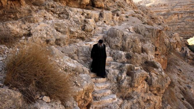 נזיר יווני אורתודוקסי בצאתו ממערה בנחל קדרון, 17.12.2010 (צילום: אביר סולטן)