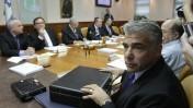 שר האוצר, יאיר לפיד, מניח מזוודה על שולחן הממשלה, 25.8.13 (צילום: אלכס קולומויסקי)