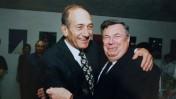 """ראש הממשלה לשעבר אהוד אולמרט (משמאל) מחבק את שמואל דכנר, לימים עד המדינה במשפט """"פרשת הולילנד"""" (צילום: יוסי זליגר)"""
