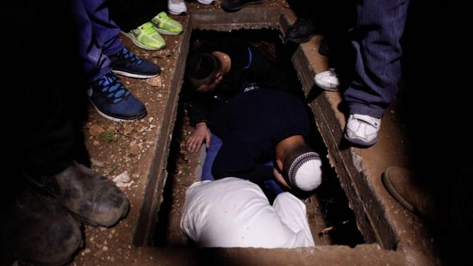 בתוככי קבר הרב, אמש (צילום: פלאש 90)