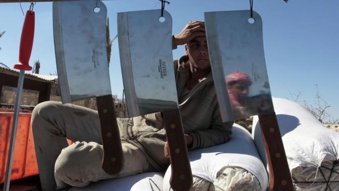 פלסטיני מוכר סכינים לקראת חג הקרבן. מחנה הפליטים רפיח, עזה, 12.10.13 (צילום: עבד רחים ח'טיב)