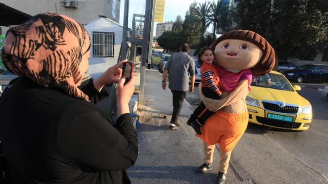 פלסטינים חוגגים את חופשת עיד אל-אדחא ברמאללה, 17.10.13 (צילום: עיסאם רימאווי)