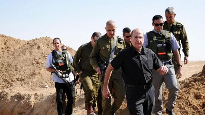 שר הביטחון, משה יעלון, בסיור בדרום. אתמול, 29.10.13 (צילום: אלון בסון)