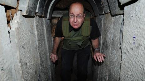 שר הביטחון משה יעלון בסיור בדרום אתמול, 29.10.13 (צילום: אלון בסון)