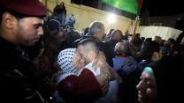 פלסטינים מקבלים פני אסירים משוחררים ברמאללה. אתמול, 29.10.13 (צילום: עיסאם רימאווי)