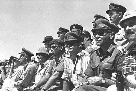 """אלופי צה""""ל צופים בתרגיל צבאי. מימין: יגאל ידין ודן אבן, 10.6.60 (צילום: משה פרידן, לע""""מ)"""