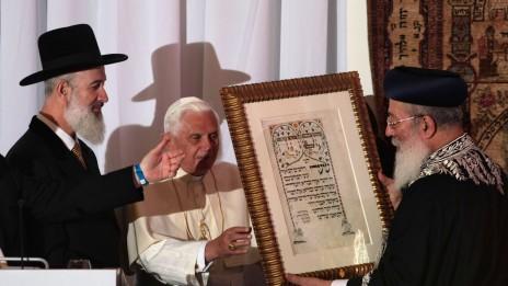 הרב מצגר עם האפיפיור בנדיקטוס ה-16 ועם הרב עמאר, 12.5.09 (צילום: קובי גדעון)