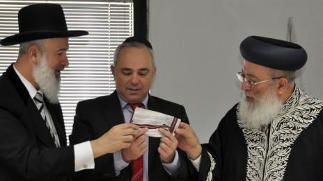 הרב מצגר עם יובל שטייניץ, כשכיהן כשר האוצר, ועם הרב שלמה עמאר, במעמד מכירת חמץ. 17.4.11 (צילום: יואב ארי דודקביץ')