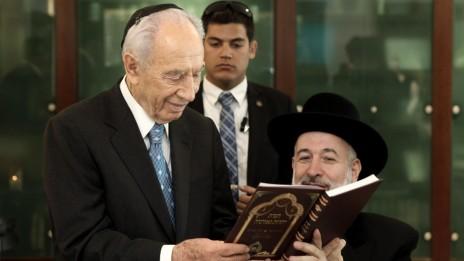 הרב מצגר עם הנשיא שמעון פרס באירוע לרגל חג הפסח. ירושלים, 8.4.12 (צילום: קובי גדעון)