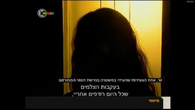 """אחת המעורבות לכאורה ב""""פרשת הזמר המפורסם"""" בראיון אנונימי עם כתבת ערוץ 10 מיה איידן, 15.11.13 (צילום מסך)"""