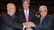 """יו""""ר הרשות הפלסטינית מחמוד עבאס, שר החוץ האמריקאי ג'ון קרי ונשיא מדינת ישראל שמעון פרס, ירדן, עמאן, 26.5.13 (צילום: פלאש 90)"""