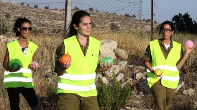 """חיילות אוחזות בלונים ממולאים במים מדמות מיידי אבנים פלסטינים בתרגיל משותף לצה""""ל וליישוב אפרת, 29.6.13 (צילום: גרשון אלינסון, פלאש 90)"""