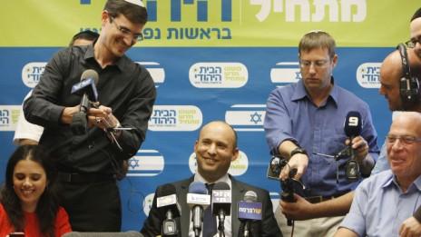 """יו""""ר הבית-היהודי ושר הכלכלה נפתלי בנט (במרכז) ולימינו שר השיכון אורי אריאל בכנס מפלגתי, 28.10.13 (צילום: מרים אלסטר)"""