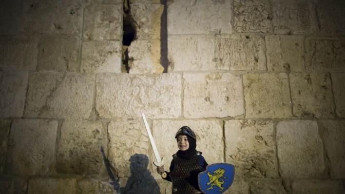 ילד מגלם אביר. ירושלים, 31.10.13 (צילום: יונתן זינדל)