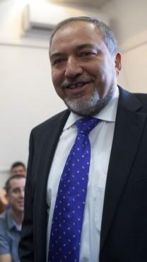 אביגדור ליברמן בבית-משפט השלום, מיד אחרי שזוכה בפרשת השגריר, 6.11.13 (צילום: אמיל סלמן)