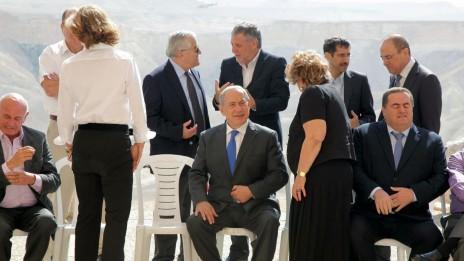 """ראש הממשלה ושרים נבחרים מתכוננים לצילום קבוצתי בנגב, שלשום (צילום: קובי גדעון, לע""""מ)"""