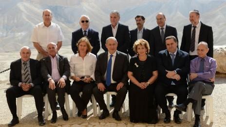 """ראש הממשלה ושרים נבחרים מצטלמים על רקע נופי הנגב, שלשום (צילום: קובי גדעון, לע""""מ)"""