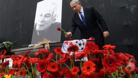 """ראש הממשלה בנימין נתניהו מניח פרח על ארונו של אריק איינשטיין, 27.11.13 (צילום: קובי גדעון, לע""""מ)"""